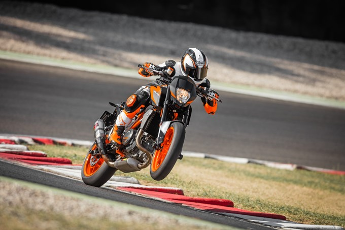 2017 KTM Duke 690 R Photos
