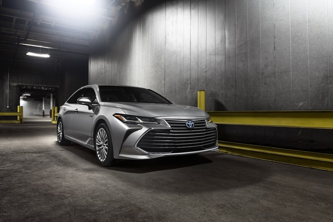 2018 Toyota Avalon Limited Hybrid Photos