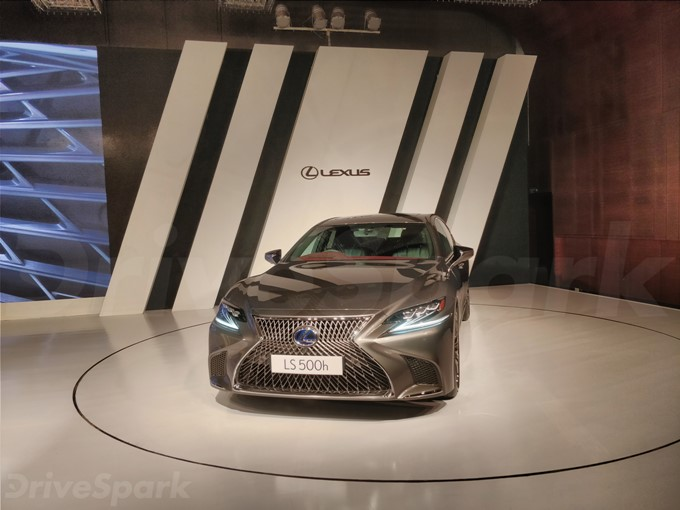 Lexus LS 500h Photos
