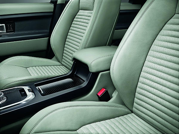 Land Rover Discovery Sport: Front Seats