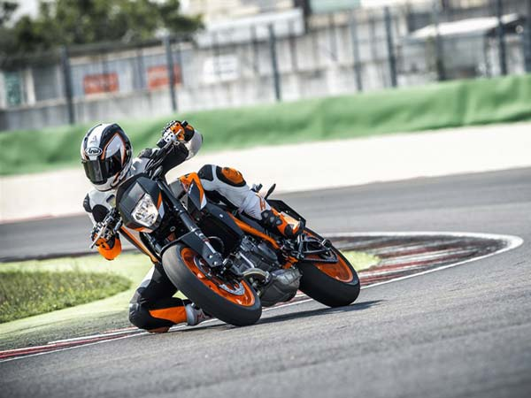 eicma-2015-ktm-690-duke action shot