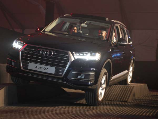 audi Q7 launched in india front profile