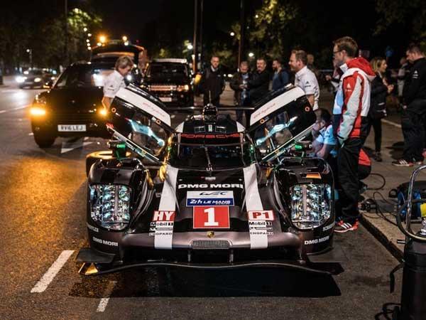 Video: Mark Webber Drives Porsche 919 Hybrid Endurance Racer In London