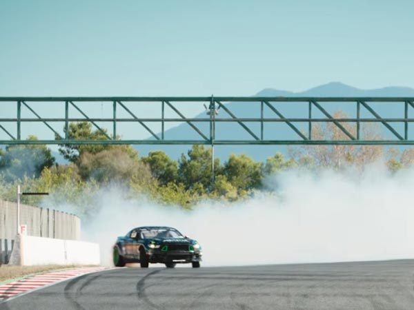Watch A 900bhp Ford Mustang Pull Off An Insanely Long Drift