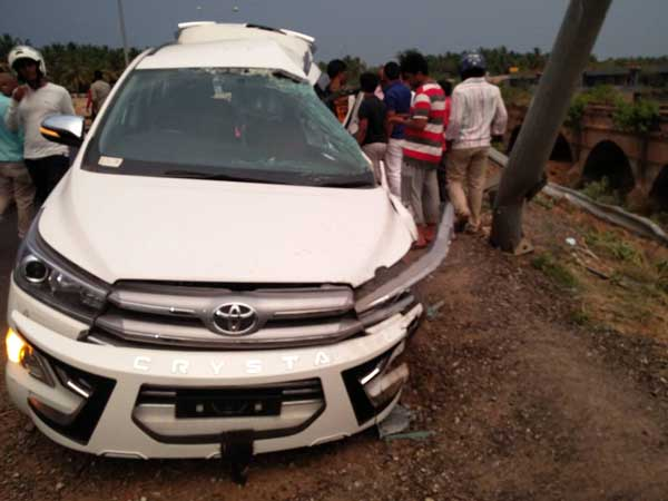 Overspeeding Toyota Innova Crysta Crashes Due To Narrow Bridge