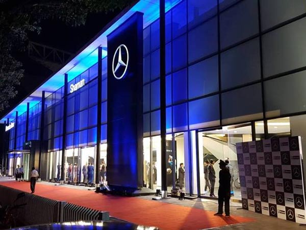 Mercedes benz opens its first 3s lounge dealership in for South atlanta mercedes benz dealership