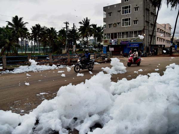 Frothing In Bellandur Lake Increases | Tips For Driving In Froth/Rain