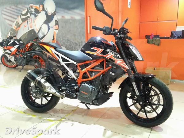 KTM Duke 390 Gets Showroom Spec Custom Black Paint Job
