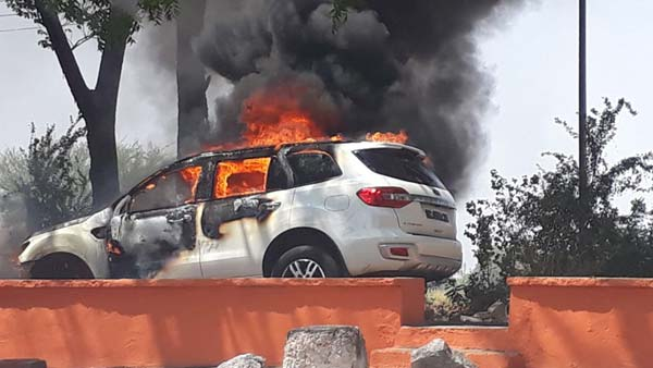 A Ford Endeavour Catches Fire In Karnataka; Passengers Escape Without Injuries