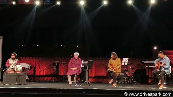 Javed Akhtar Shares The Stage