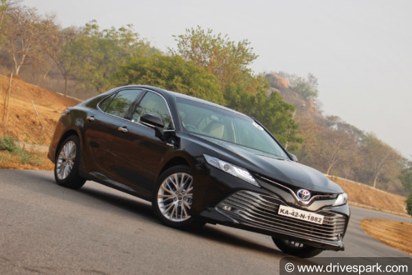 2019 toyota camry front three quarter profile