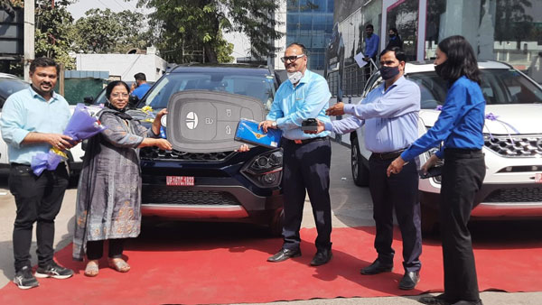 Tata Motors Delivers 100 Safari SUVs On A Single-Day in Delhi-NCR: Majority Customers Opt For Top-Specs XZA+ Trim In Royal Blue Or Orcus White