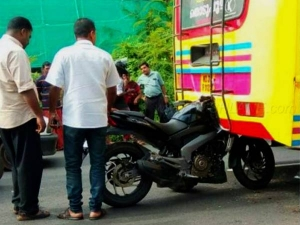 Bajaj Dominar 400 Rear Ends A Bus At High Speed