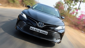 2019 Toyota Camry Hybrid Review — The Sporty Eco-Warrior