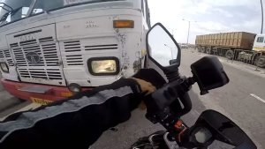 KTM Duke 200 Rider Stops Government Bus Being Driven In The Wrong Way — Video